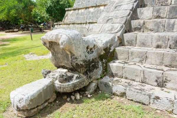 Chichen Itza - Schlangenkopf vom Hohenpriestergrab