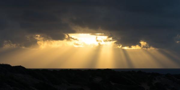 Panoramabild - Sonnenstrahlen über Coral Bay auf Zypern
