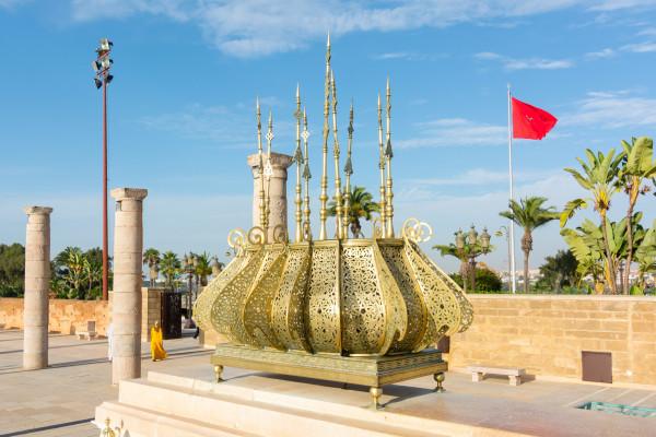 Rabat - Messinglaterne am Mausoleum von Mohammad V