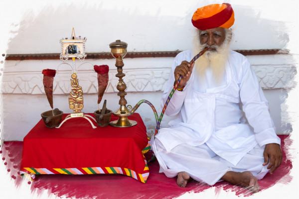 Rauchender indischer Mann
